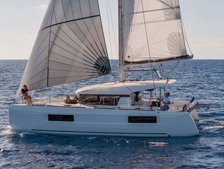 LAGOON 40 SAILING SIDE VIEW